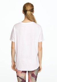 OYSHO_SPORT - T-shirt imprimé - white - 2