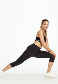 OYSHO_SPORT - HIGH COMPRESSION - 3/4 sports trousers - black - 3