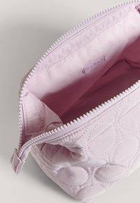 OYSHO - GESTEPPTES NECESSAIRE - Kosmetická taška - mauve - 4