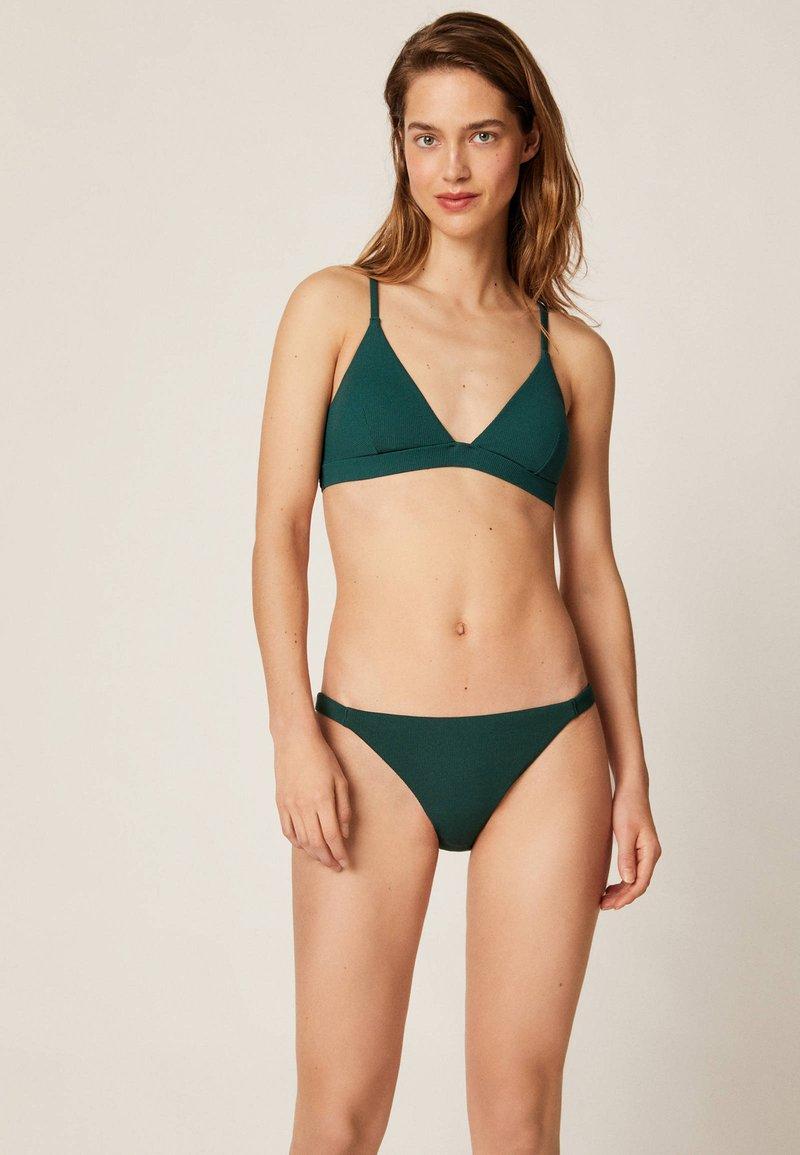 OYSHO - TEXTURIERTES TRIANGEL-BIKINIOBERTEIL 30712139 - Góra od bikini - evergreen