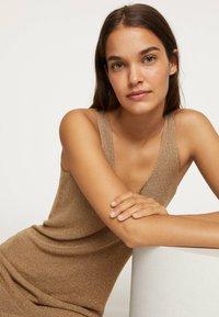 OYSHO - ÄRMELLOSES STRICKKLEID 30751133 - Pletené šaty - brown - 4