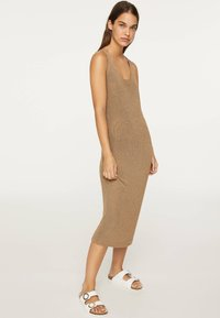 OYSHO - ÄRMELLOSES STRICKKLEID 30751133 - Pletené šaty - brown - 0