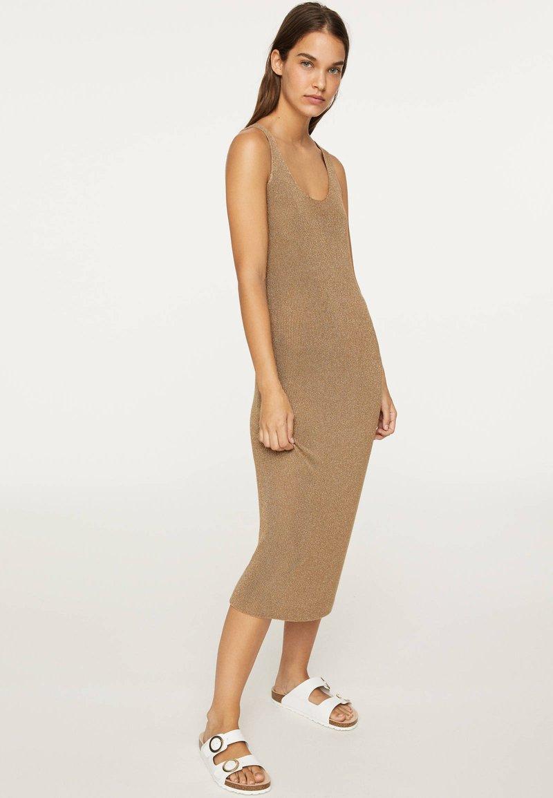 OYSHO - ÄRMELLOSES STRICKKLEID 30751133 - Pletené šaty - brown