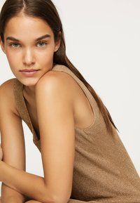 OYSHO - ÄRMELLOSES STRICKKLEID 30751133 - Pletené šaty - brown - 3