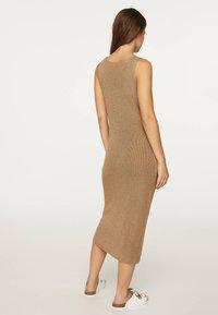 OYSHO - ÄRMELLOSES STRICKKLEID 30751133 - Pletené šaty - brown - 1