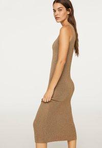 OYSHO - ÄRMELLOSES STRICKKLEID 30751133 - Pletené šaty - brown - 2