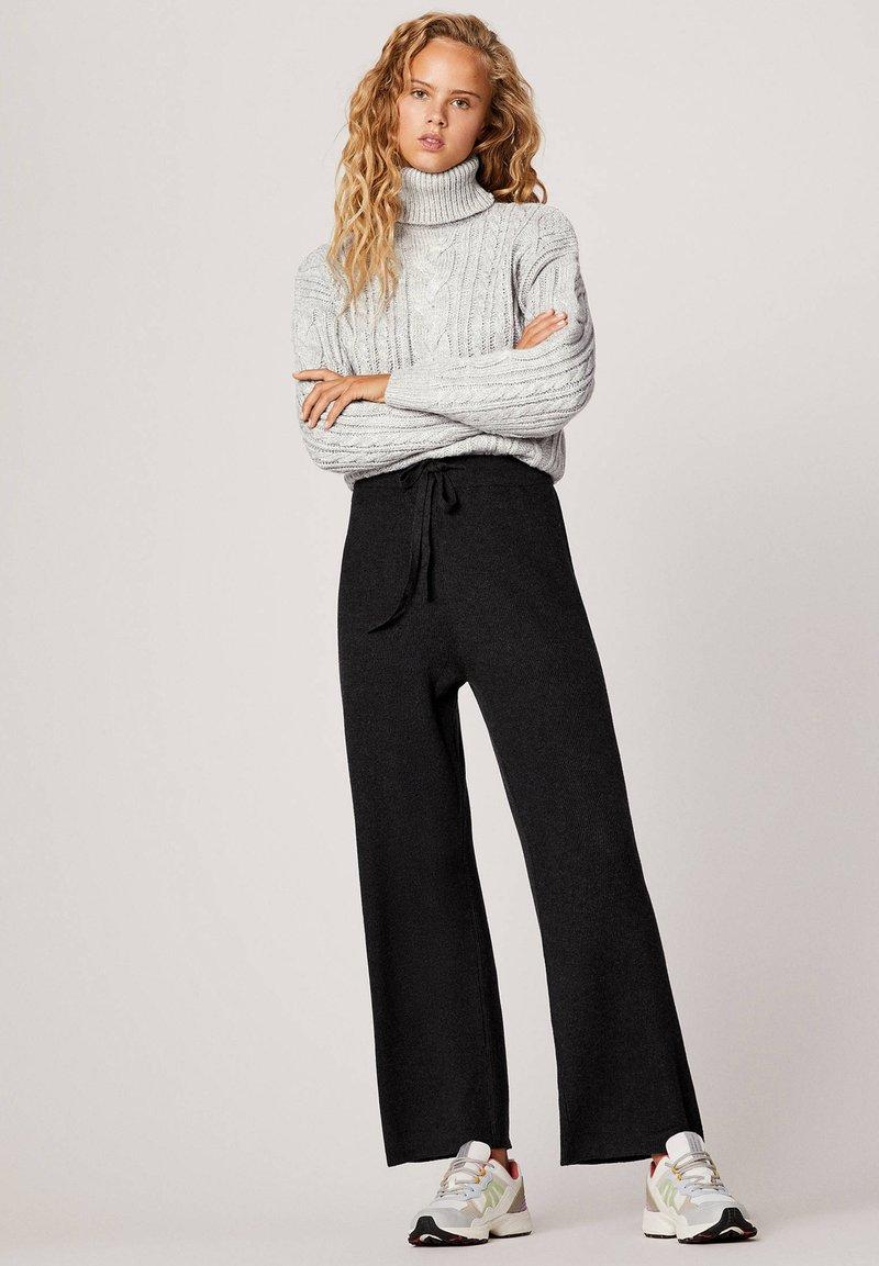 OYSHO - MIT WEITEM BEIN - Trousers - black