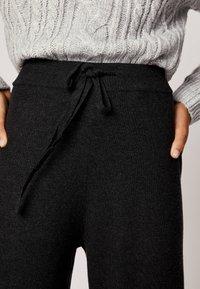OYSHO - MIT WEITEM BEIN - Pantaloni - black - 3