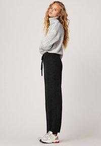 OYSHO - MIT WEITEM BEIN - Trousers - black - 2