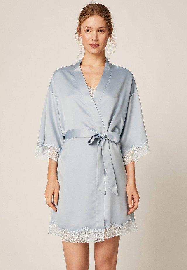 MORGENMANTEL AUS SATIN MIT SPITZE 30791204 - Peignoir - light blue