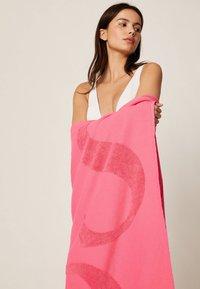 OYSHO - HANDTUCH MIT OYSHO-LOGO 30832439 - Beach accessory - neon pink - 3