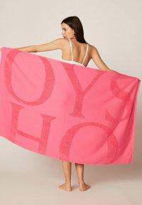 OYSHO - HANDTUCH MIT OYSHO-LOGO 30832439 - Beach accessory - neon pink - 0