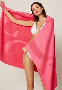 OYSHO - HANDTUCH MIT OYSHO-LOGO 30832439 - Beach accessory - neon pink - 1