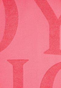 OYSHO - HANDTUCH MIT OYSHO-LOGO 30832439 - Beach accessory - neon pink - 5