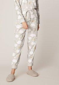 OYSHO - MIT WOLKENPRINT - Spodnie od piżamy - light grey - 0