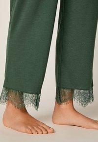 OYSHO - MIT SPITZE - Pyjama bottoms - green - 3