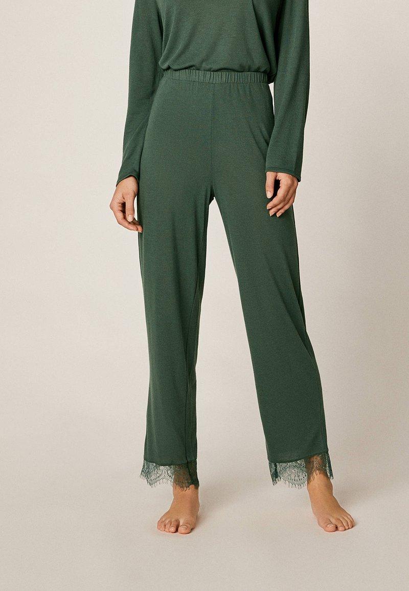 OYSHO - MIT SPITZE - Pyjama bottoms - green
