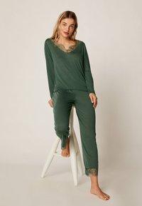 OYSHO - MIT SPITZE - Pyjama bottoms - green - 1