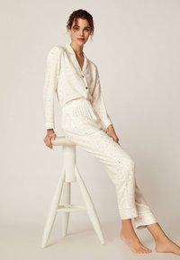 OYSHO - LANGE HOSE MIT STERNBILDERN 30310169 - Bas de pyjama - white - 3