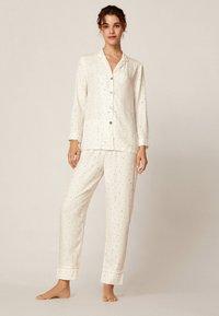 OYSHO - LANGE HOSE MIT STERNBILDERN 30310169 - Bas de pyjama - white - 1