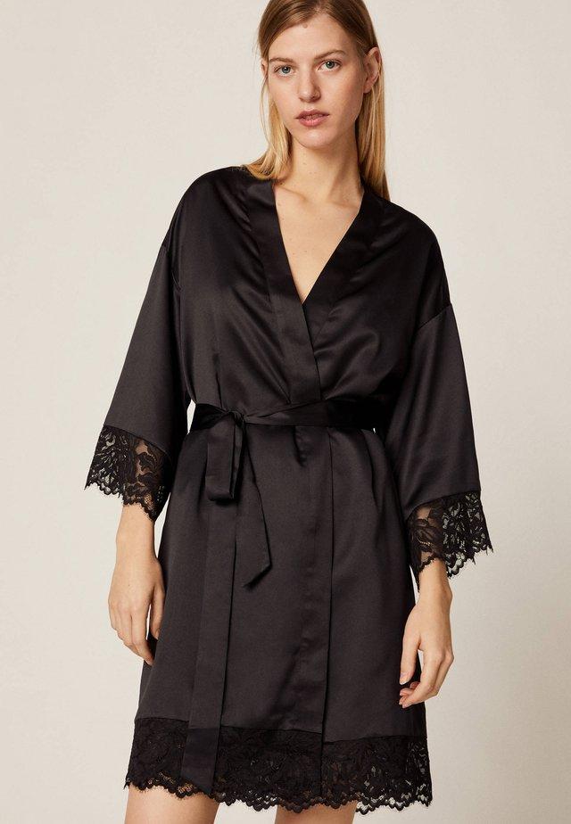 MORGENMANTEL IM DESSOUS-LOOK MIT SPITZE 30791702 - Dressing gown - black