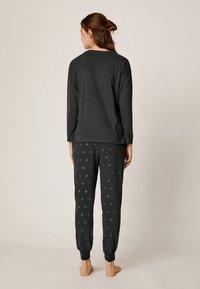 OYSHO - MIT KOSMISCHEM MOND  - Pyjamasöverdel - black - 2