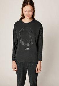 OYSHO - MIT KOSMISCHEM MOND  - Pyjamasöverdel - black - 0