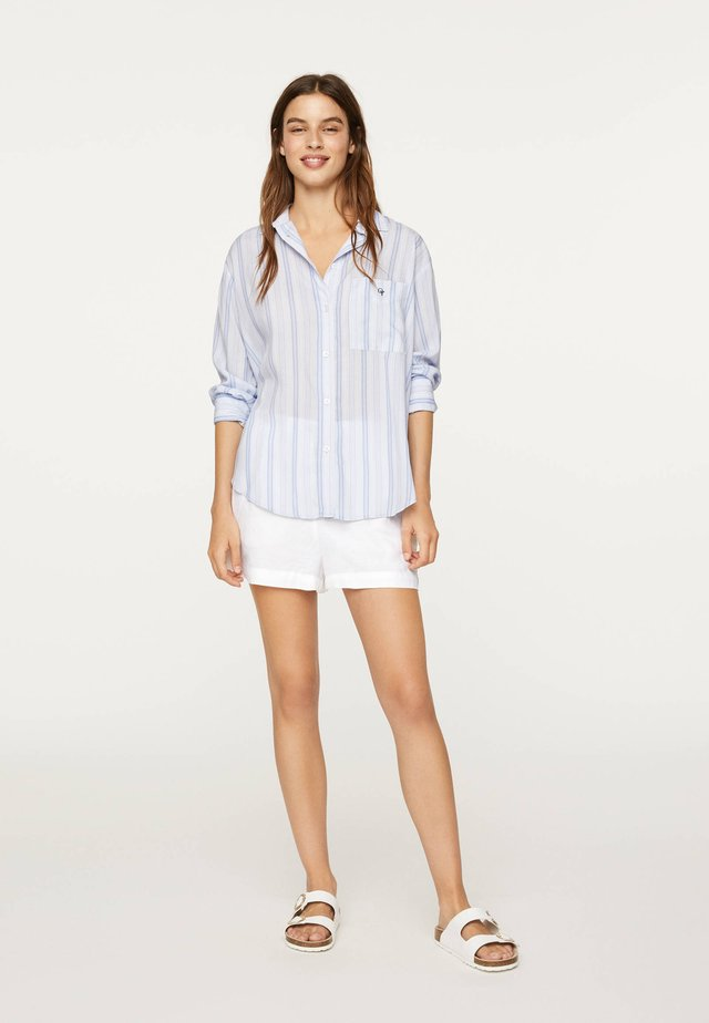 MIT STREIFEN - Button-down blouse - light blue
