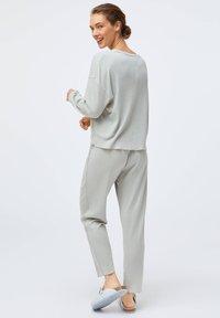 OYSHO - GREEN COTTON - Pyjama top - light grey - 2