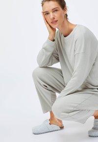 OYSHO - GREEN COTTON - Pyjama top - light grey - 3