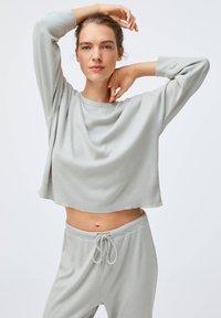OYSHO - GREEN COTTON - Pyjama top - light grey - 0