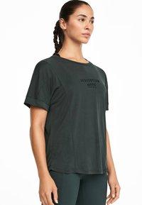 OYSHO_SPORT - MIT AUFSCHRIFT - T-shirt imprimé - grey - 0