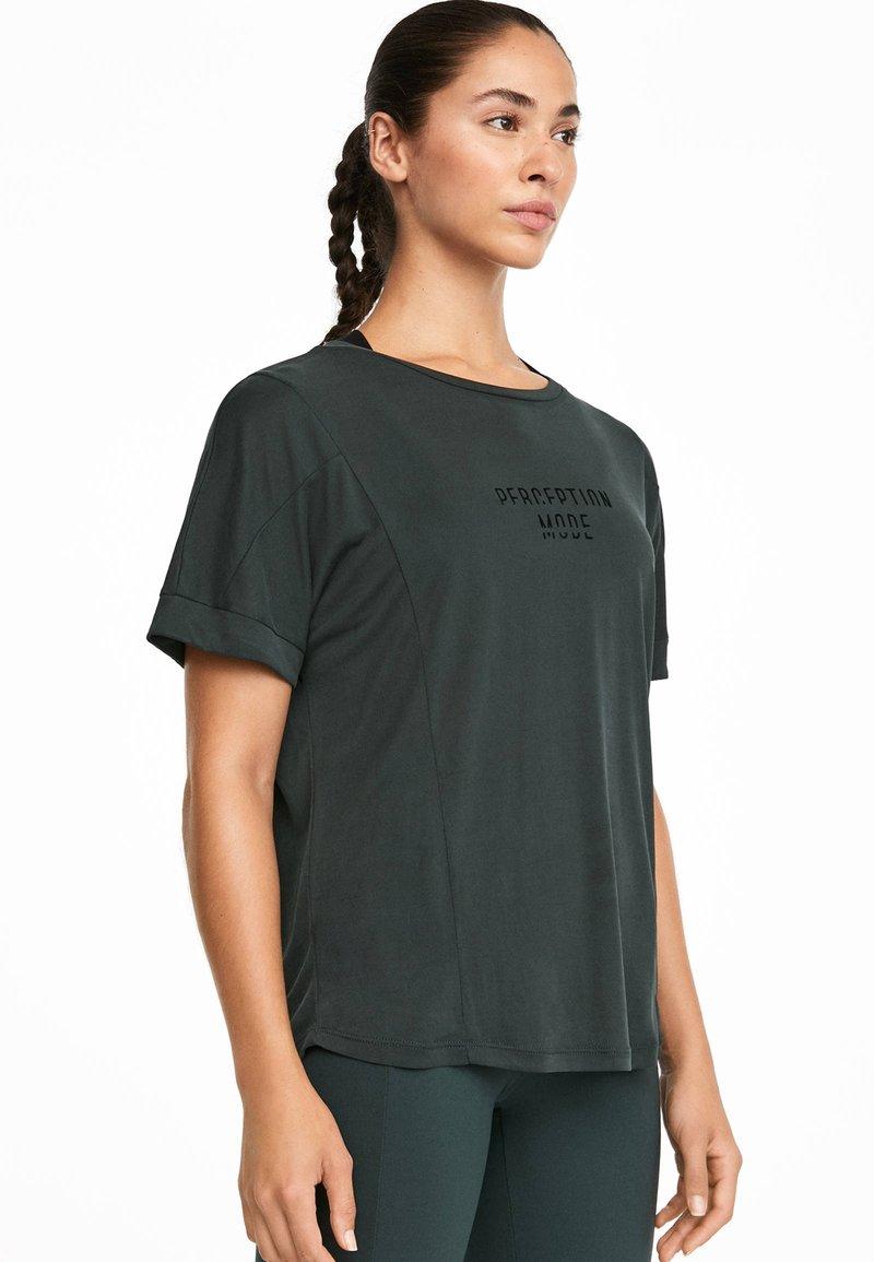 OYSHO_SPORT - MIT AUFSCHRIFT - T-shirt imprimé - grey