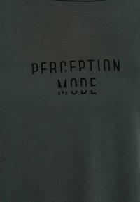 OYSHO_SPORT - MIT AUFSCHRIFT - T-shirt imprimé - grey - 4