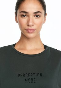 OYSHO_SPORT - MIT AUFSCHRIFT - T-shirt imprimé - grey - 3