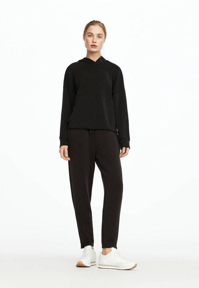 MIT FRONTTASCHE  - Bluza z kapturem - black