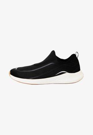 MIT ELASTISCHEM  - Sportovní boty - black