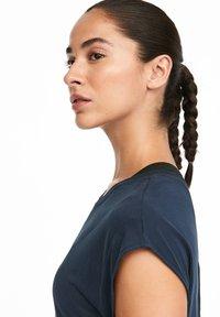 OYSHO_SPORT - T-shirt imprimé - dark blue - 4