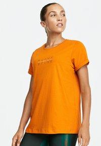 OYSHO_SPORT - T-shirt imprimé - orange - 0