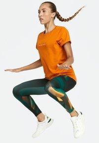 OYSHO_SPORT - T-shirt imprimé - orange - 5