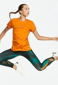 OYSHO_SPORT - T-shirt imprimé - orange - 4