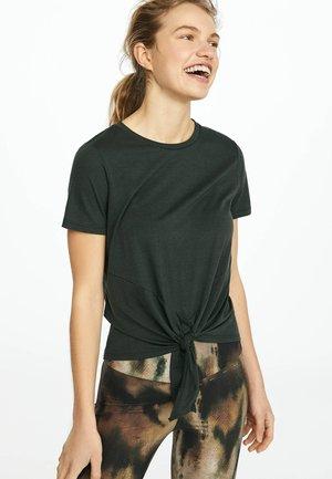 MIT KNOTEN - Print T-shirt - evergreen