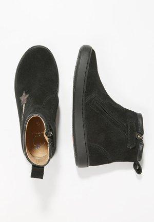 PLAY HALLEY - Korte laarzen - black/multi
