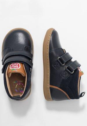 BOUBA BOY - Baby shoes - navy/camel