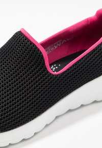 Skechers Performance - GO WALK JOY - Sportieve wandelschoenen - black/hot pink - 5