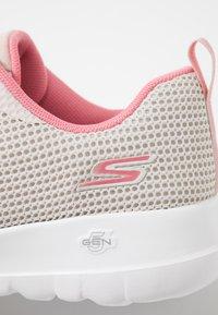 Skechers Performance - GO WALK JOY - Scarpe da camminata - offwhite/pink - 5