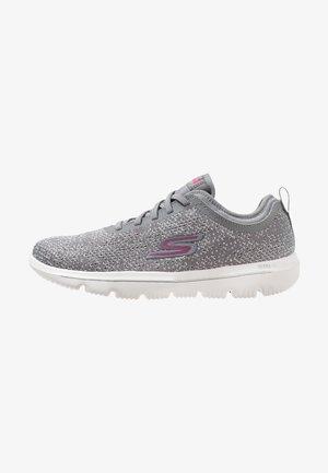 GO WALK EVOLUTION ULTRA - Scarpe running neutre - gray/pink