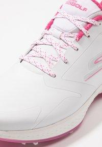 Skechers Performance - GO GOLF EAGLE PRO - Zapatos de golf - white/pink - 5