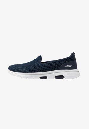 GO WALK 5 - Zapatillas para caminar - navy/white