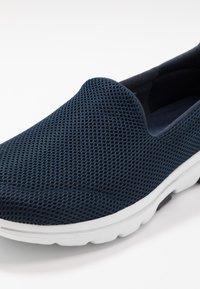 Skechers Performance - GO WALK 5 - Sportieve wandelschoenen - navy/white - 5